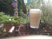 Veganer Chai- Latte mit Veilchen