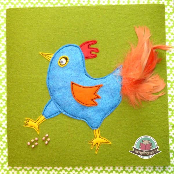 Ein kleines freches Hühnchen im Spielbuch