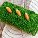 Kleiner Orangen-Möhrenkuchen mit einfacher Osterdekoration