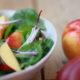 Sommerlicher Salat aus Pfirsichen und Spinat