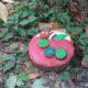 Gartendeko gefräßige Raupe
