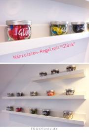 """Nähzutaten-Regal mit """"Glück"""" Marmeladengläsern"""