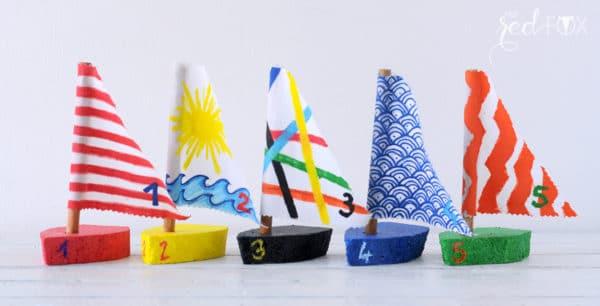 Selbstgemachte Spielzeug-Boote und ein Plakat dazu