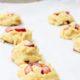 Hurra Rhabarberzeit! Rezept für knusprige Rhabarber-White-Chocolate-Cookies