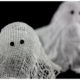 Kleine Geister zu Halloween aus Wäschestärke und Käsetuch