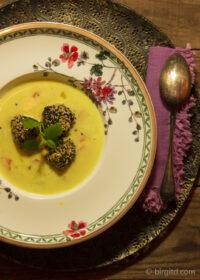 Kichererbsensuppe mit orientalischen Sesam-Fleischklößchen