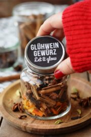 Glühweingewürz selbstgemacht fürs Weihnachtsmarkt-Feeling Zuhause (mit Freebie Etikett!)