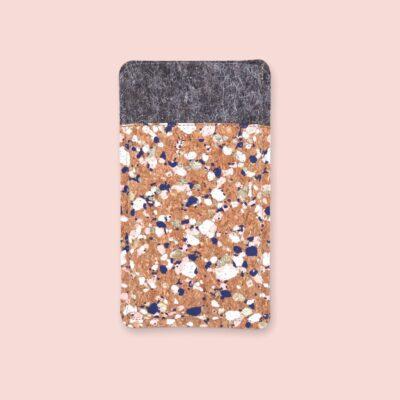 Handytasche aus Filz und Kork mit Sprenkeln, passend für dein Handy