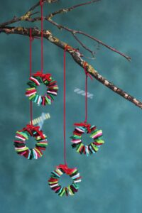 Kleine weihnachtliche Kränze aus Filz