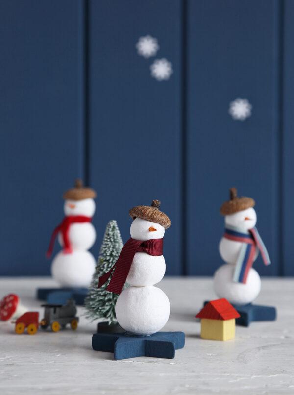 Drei Männer im Schnee – Schneemänner aus Wattekugeln