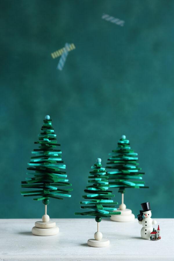 Tannenbäume aus Filzstreifen auf Schaschlik-Spießen