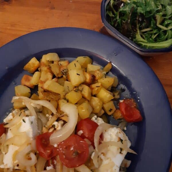 Ofenschafskäse mit Thymiankartoffeln, Asiasalate und Salzzitrone