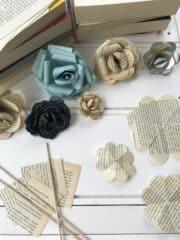 Papierblumen aus alten Buchseiten