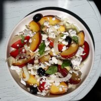 Sommersalat mit Fenchel, Pfirsichen, Pflaumen und Feta