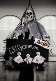 Türschild im Eingangsbereich für Halloween